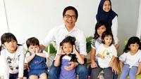 <p>Kebahagiaan terpancar jelas di wajah ayah Kevin Aprilio ini ketika kumpul bareng anak-anak. (Foto: Instagram/ @addiems999)</p>