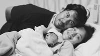 <p>Bahagia selalu Ayah Chicco, Bunda Putri dan Baby Suri. (Foto: Instagram Chicco Jerikho).</p>