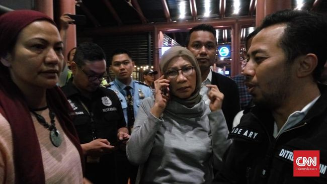 Ratna Sarumpaet mengaku tak tahu dirinya sudah menjadi tersangka dan mau ditahan polisi malam ini juga.