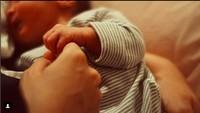 <p>Putri Marino berkata pada gadis kecilnya Surniala perjalanan mereka baru saja dimulai. Aih, so sweet banget ya ungkapan cinta Putri pada Baby Suri. (Foto: Instagram Putri Marino)</p>