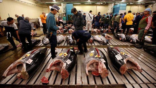 Sebelum pindah ke lokasi baru, Pasar Tsukiji menggelar pelelangan tuna terakhirnya. Ketakutan dan harapan mereka akan lokasi baru pun terlontarkan.
