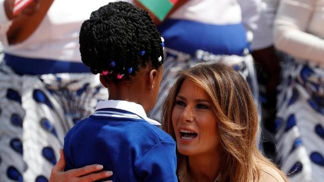 Dekapan Melania Trump untuk anak-anak dan hadiah boneka Teddy Bear mewarnai kunjungan sang Ibu Negara Amerika Serikat itu ke Afrika pada awal pekan ini.