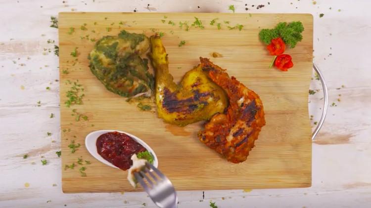 Resep ayam sambal dengan satu warna sudah terlalu sering dijumpai. Resep yang satu ini menyatukan tiga jenis sambal ayam.