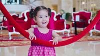 <p>Seraphina Rose, anak pertama Abi Yapto dan Yasmin Wildblood ini genap berumur 2 tahun, Bun. Makin besar Sera makin menggemaskan ya. (Foto: Instagram @yaswildblood)</p>