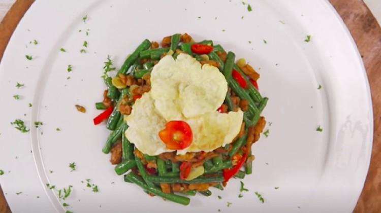 Resep orek tempe kacang panjang bisa jadi inspirasi menu di akhir pekan ini. Cara bikinnya gampang dan rasanya lezat.