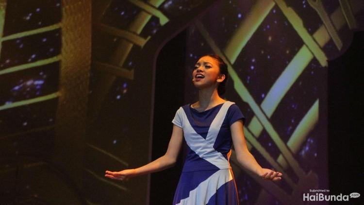 Penyanyi cilik Naura menggelar konser bertema negeri dongeng. Hmm, seperti apa kemeriahan konsernya?