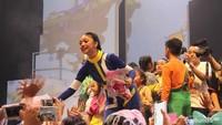 <p>Di akhir acara, Naura memberi kesempatan pada penggemarnya yang disebut 'Teman Naura' untuk menghampirinya ke depan panggung. Naura sempat menangis haru ketika menyanyikan lagu terakhir berjudul 'Setinggi Langit'.</p>