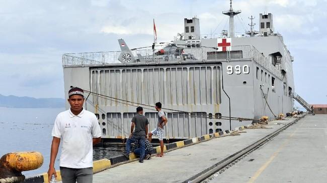 KRI dr Soeharso-990 berisi 93 personel Satgas Yonkes TNI AL didatangkan ke Palu untuk merawat korban bencana gempa dan tsunami di Palu dan Donggala.