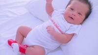 Waktu lagi demam Asian Games 2018, Ryu pakai baju sepak bola versi bayi. Jadi pengen cium deh, muach! (Foto: Instagram @cherly7uno)