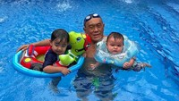 <p>Beginilah ketika Eyang Aburizal Bakrie momong cucu dengan mengajak mereka berenang. (Foto: Instagram/ @aburizalbakrie.id) </p>