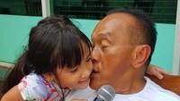 <p>Kecup sayang Eyang Aburizal Bakrie untuk si kecil Mikhayla. (Foto: Instagram/ @aburizalbakrie.id)</p>
