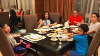 <p>Makan bareng cucu adalah salah satu momen membahagiakan buat seorang kakek. Setuju, Bun? (Foto: Instagram/ @aburizalbakrie.id) </p>