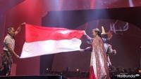 <p>Di tengah nyanyian, Naura dan penarinya membentangkan bendera merah putih. Riuh tepuk tangan penonton pun menghiasi konser ini. </p>