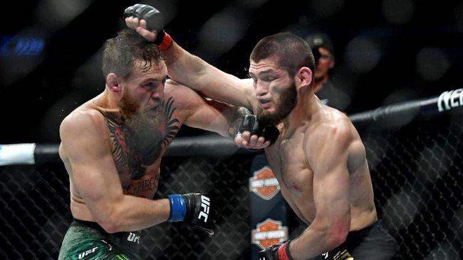 Khabib Nurmagomedov berhasil mempertahankan gelar juara dunia kelas ringan UFC setelah menang submission atas Conor McGregor di ronde keempat.