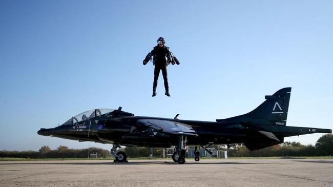 Pria asal Inggris, Richard Browning menciptakan 'jas terbang' dengan kecepatan 32 mil per jam.