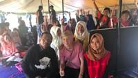 <p>Manisnya momen saat Mahfud menghabiskan waktu dengan anak-anak saat mengunjungi korban gempa Lombok beberapa waktu lalu. (Foto: Twitter/ @mohmahfudmd) </p>