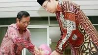 <p>Mahfud MD yang sudah menjadi kakek ini memang dikenal sangat sayang pada anak-anak. (Foto: Instagram/ @mohmahfudmd) </p>