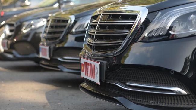 Merek premium seperti Mercedes-Benz dan BMW atau bahkan Ferrari dan Lamborghini sering kali memakai harga off the road saat menjual mobil baru.