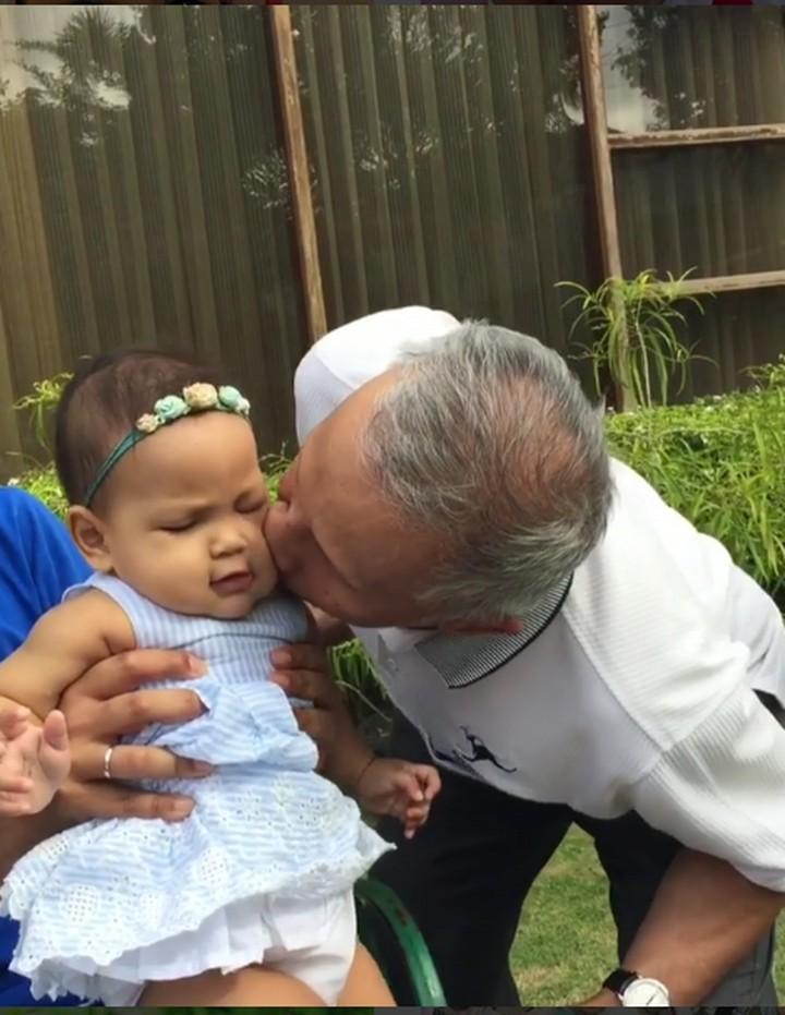 Amien Rais menyempatkan waktunya untuk bermain dengan cucu. Lihat deh 7 tanda ungkapan sayang Amien Rais ke cucunya, Sarahza Reashira Almahendra, Bun.