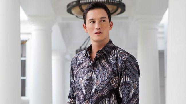 Bentuknya yang monoton membuat pilihan berbusana batik bagi pria jadi terbatas. Berikut padu padan balutan batik pada pria.