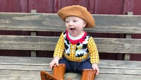 <p>Ya ampun, boots-nya kebesaran, Nak. Tapi nggak apa-apa, kamu tetap lucu. (Foto: Instagram/toystorydad)</p>