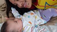 Widia senang banget nih selfie dengan keponakan perempuannya yang cantik. Wah suka makan pisang ya? (Foto: Instagram @widia_angel)