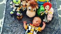<p>Dari usia 2 hari, Beckham sudah dipakaikan kostum Woody oleh ayah ibunya. Hi-hi. (Foto: Instagram/toystorydad)</p>
