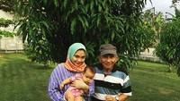 <p>Amien Rais mengajak cucunya Sarahza melihat pohon yang ditanam oleh anak Amien yang merupakan ibunda Sarahza, Hanum Rais. Jalan-jalan bareng bisa dibilang tanda sayang Amien Rais ke cucusekaligussang anak. (Foto: Instagram @hanumrais)</p>