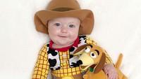 <p>Film 'Toy Story' adalah film favorit Tucker dan Beckham jadi 'percobaan' pertamanya untuk dipakaikan kostum. Nggemesin ya, Bun? (Foto: Instagram/toystorydad)</p>