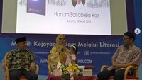 <p>Amien Rais setia mendampingi Sarahza dan ibunya, Hanum Rais saat talkshow acara bedah buku 'I Am Sarahza'. (Foto: Instagram @hanumrais)<br /><br /></p>