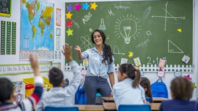 Nggak hanya orang tua, guru juga berperan aktif lho dalam membentuk dan mengembangkan karakter anak-anak kita.