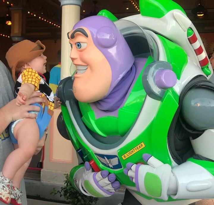 Bayi menggemaskan ini didandani oleh sang ayah jadi tokoh Woody-nya 'Toy Story'. Mana yang paling bikin Bunda gemas?