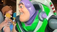 <p>Kenalin, Bun, ini Baby Beckham. Bayi menggemaskan yang didandani jadi karakter Woody di film 'Toy Story' oleh sang ayah, Tucker Bohman. (Foto: Instagram/toystorydad)</p>