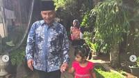 <p>Sarahza sekarang sudah berumur 2 tahun. Lihat tuh, Amien Rais menyempatkan mengantarkan Sarahza sekolah. Kakek yang baik ya. (Foto: Instagram @amienraisofficial)<br /><br /></p>