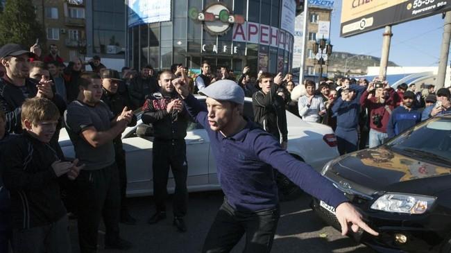 Khabib Nurmagomedov disambut ribuan penggemar di Makhachkala, Dagestan, setelah menaklukkan Conor McGregor dalam ajang UFC 229.