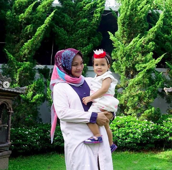 Anak Amien Rais, Hanum Rais memiliki anak yang bernama Sarahza Reashira Almahendra. Simak 10 momen seru Hanum Rais dan anaknya.