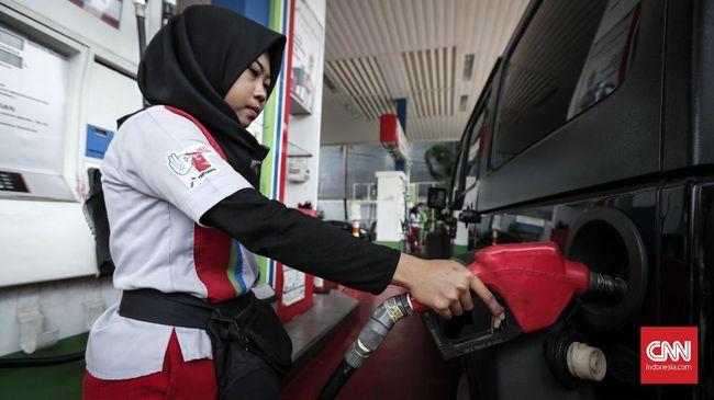 Petugas mengisi bahan bakar jenis biosolar di SPBU kawasan Cikini, Jakarta, Rabu, 10 Oktober 2018. PT Pertamina (Persero) menaikan harga bahan bakar pertamax dan dex series, biosolar non-PSO.  CNNIndonesia/Safir Makki
