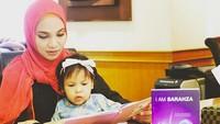 <p>Sarahza menemani Bunda Hanum Rais membaca nih. Memang, banyak membaca banyak ilmu ya, Nak. (Foto: Instagram @hanumrais)</p>
