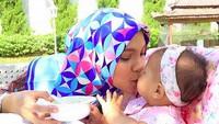 <p>Muach! Kecupan sayang dari Bunda Hanum Rais untuk Sarahza. (Foto: Instagram @hanumrais)<br /><br /></p>