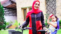<p>Mau naik sepeda ke mana Sarahza dan Bunda Hanum Rais? (Foto: Instagram @hanumrais)<br /><br /></p>