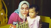 <p>Saat ulang tahun pertama Sarahza. Tiup lilinnya Sarahza. (Foto: Instagram @hanumrais)<br /><br /></p>