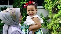 <p>Cantiknya Sarahza kalau lagi tersenyum saat bermain bareng Bunda Hanum Rais. (Foto: Instagram @hanumrais)<br /><br /></p>