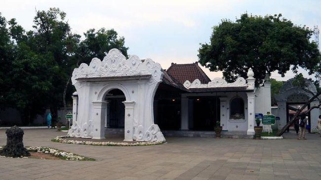 Museum Pusaka menyimpan benda keramat milik Keraton Kasepuhan Cirebon. Selama ini, museum tersebut identik dengan suasana gelap dan kuno.