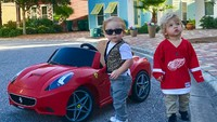 <p>Mobil DeLorean si kembar keren ya? Untuk membuat mobil ini, Lauren hanya perlu menambahkan kardus dan cat akrilik di mobil sebelumnya lho. (Foto: Instagram/laurenluskwilis)</p>