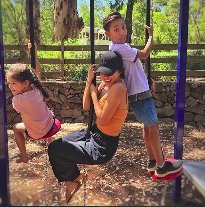Keluarga Nana Mirdad dan Andrew White kompak banget deh. Simak yuk, Bun, foto-foto kekompakan mereka.