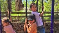 <p>Nana Mirdad dan kedua anaknya, Jason Deandra White dan Sarah Deana White kompak bermain ayunan. Wah seru ya, Bun. (Foto: Instagram @nanamirdad)<br /><br /></p>