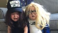 <p>Gemas! Saat si kembar didandani sebagai tokoh film 'Wayne's World'. (Foto: Instagram/laurenluskwilis)</p>