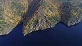 Musim gugur tak selamanya suram. Di musim pengantar dingin ini, benua Eropa terlihat lebih merona karena pepohonan sedang berubah warna.