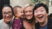 <p>Aktris 'Crouching Tiger, Hidden Dragon' ini dekat juga lho sama anak-anak teman dan saudaranya. (Foto: Instagram/michelleyeoh_official)</p>