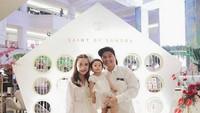 <p>Ayah Glenn, Bunda Chelsea dan Nastusha kompak mengenakan baju warna putih saat ke acara peluncuran kosmetik Sandra Dewi. (Foto: Instagram @glennalinskie)<br /><br /></p>